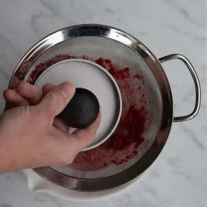 Pres saften fra hindbærrene