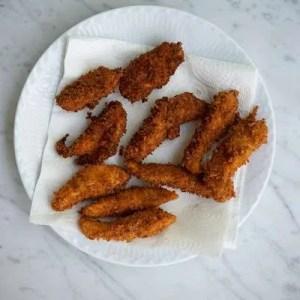 Kyllinge nuggets ligger på fedtsugende køkkenpapir