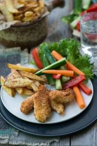 Hjemmelavede kyllinger nuggets med masser af lækkert tilbehør