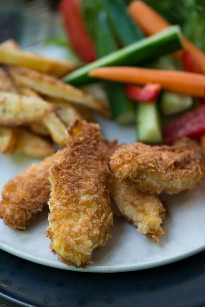 De sprøde kyllinger nuggets på en tallerken med tilbehør