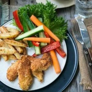 Hjemmelavede kyllingenuggets med sprøde pomfrit