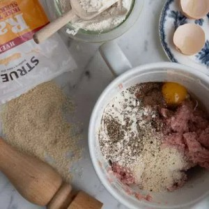 Tilsæt friskkværnet peber, rasp, mel og æg samt krydring
