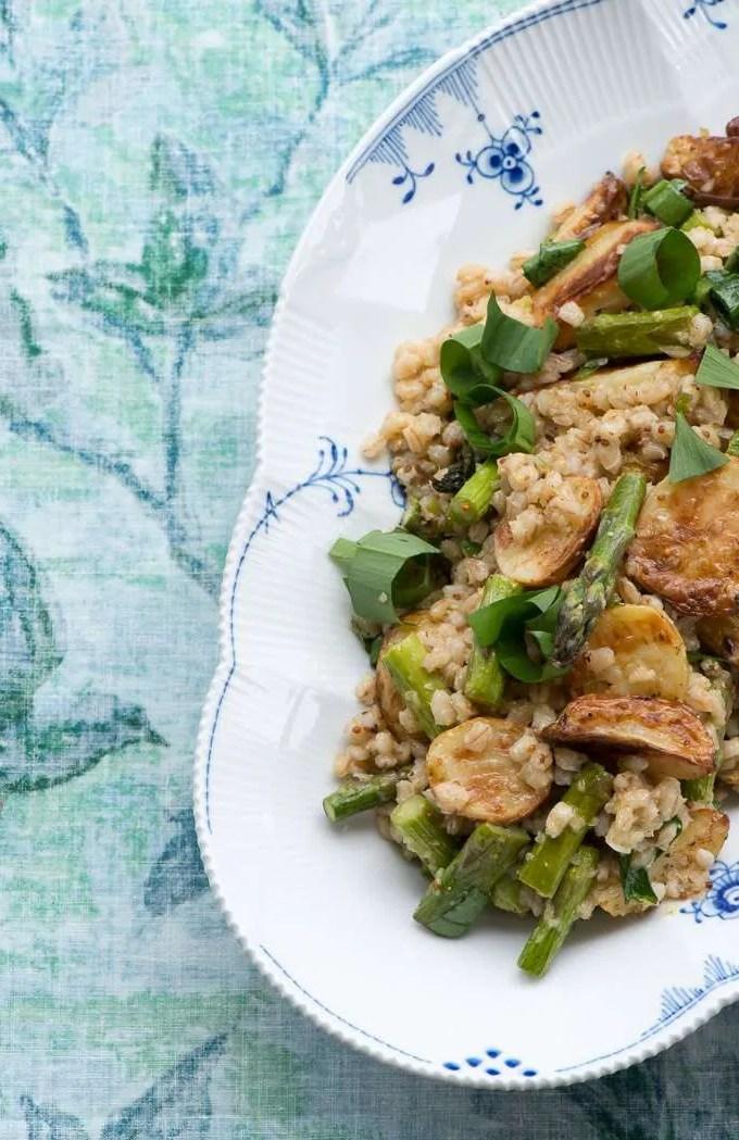 Bagt kartoffelsalat med asparges og ramsløg