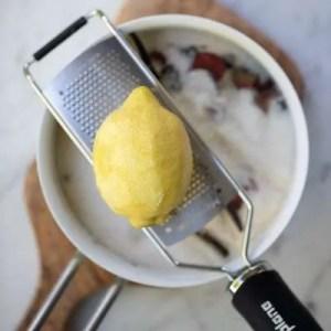 Riv citronskallen på et microplan rivejern