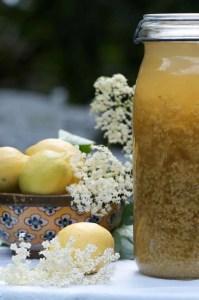 Hyldeblomstsaft med rørsukker lavet i et stort sylteglas