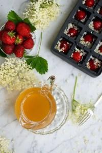 Her er jeg ved at lave isterninger af hyldeblomstsaft med jordbær