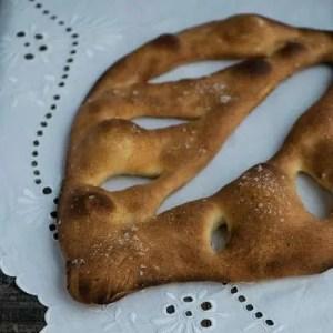 Opskrift på fransk fougasse. Illustreret med et billed af det færdige brød