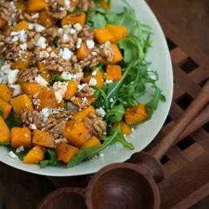 Opskrift på salat med græskar, rucola, feta og valnødder