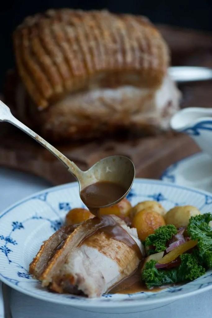 Flæskesteg med brun sovs og kartofler. Opskrift fra Marinas Mad