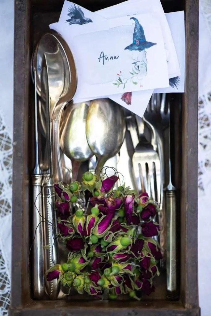 Borddækning til Sankt Hans med bordkort og rosenkranse