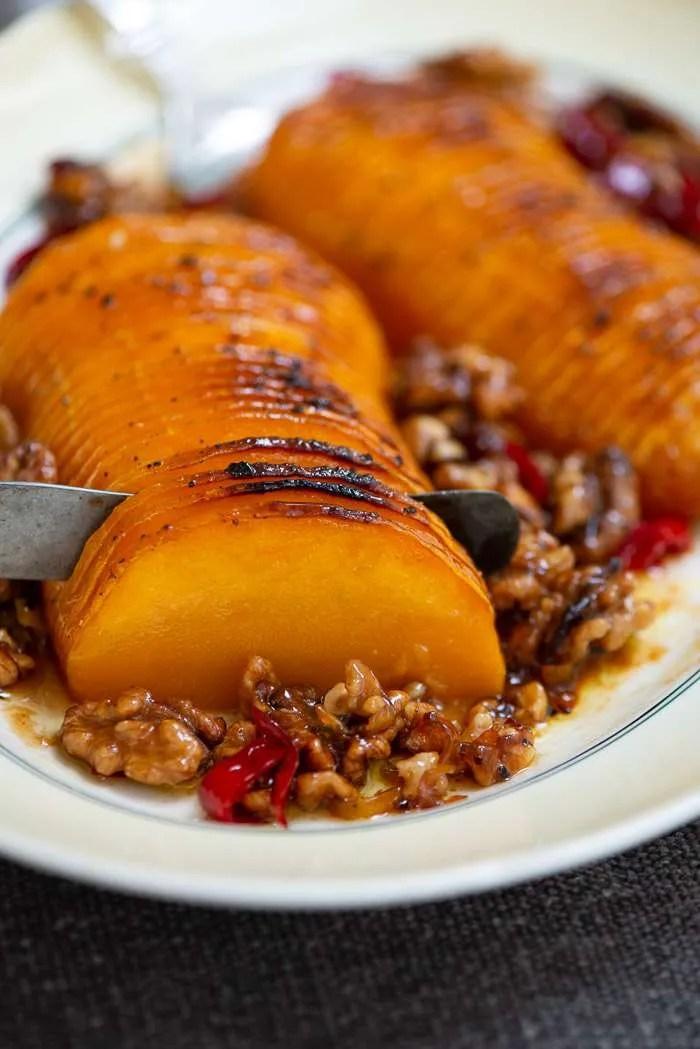 Hasselbagt græskar med valnødder og honning-chili glasering. Smager SÅ skønt og er sjovt at server. Masser af tips og tricks i opskriften fra Marinas Mad