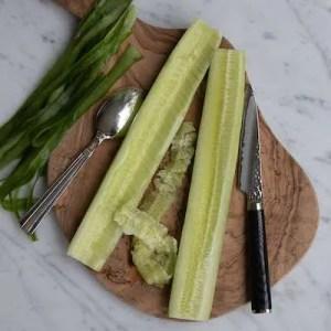 Her kan man se hvordan agurken skrælles og kernerne fjernes
