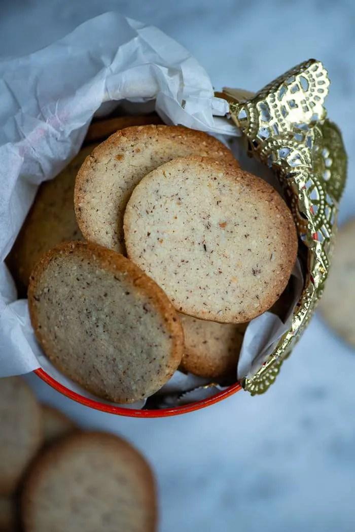 De allerbedste småkage opskrifter har altid været de lidt hemmelige. Dem der overrækkes på små sedler fra bedstemor til barnebarn og fra veninde til veninde. Disse nemme og lækre nøddesmåkager er netop sådan en opskrift! Småkage opskrift fra Marinas Mad