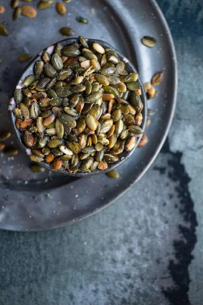 Lækre ristede græskarkerner kræver kun tre ingredienser og et par minutters indsats. Da græskarkernerne ristes på panden behøver du ikke en gang at tænde for ovnen. Nemmere bliver det da ikke! Brug de knasende lækre græskarkerner i supper, salat eller som en lille hygge snack. Nem opskrift fra Marinas Mad.