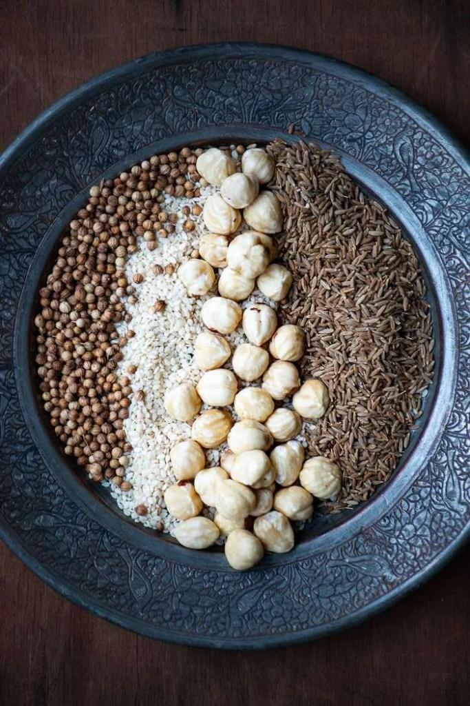 Krydderier til traditionel dukkah. Opskrift fra Marinas Mad