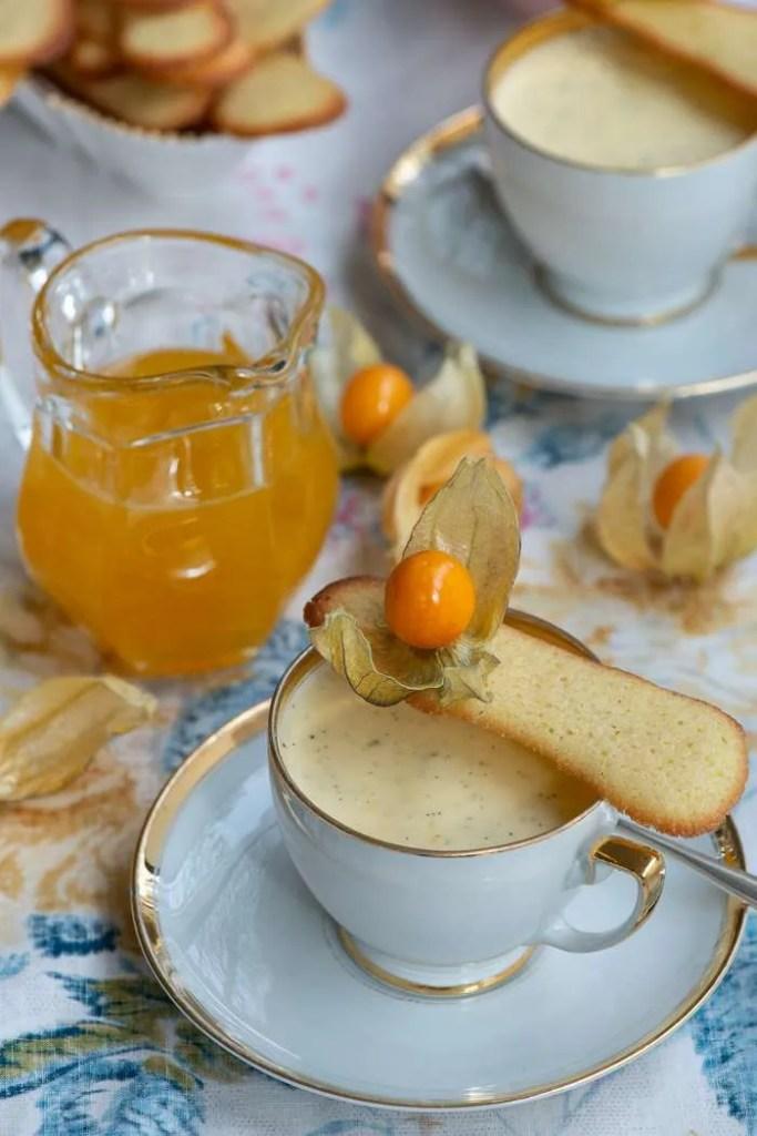 Opskrift på Citron Panna Cotta med passionsfrugsirup