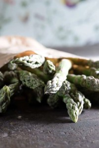 Billet af grønne asparges til wokret