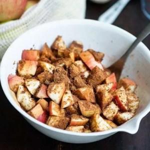 Æbler med kanel og brunt sukker
