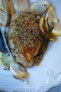 Opskrift på ovnstegte kyllingeoverlår med citron, hvidløg og rosmarin