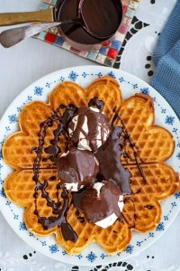 Vafler med is og chokoladesovs