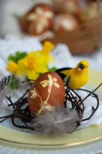 Naturfarvede æg til påskebordet