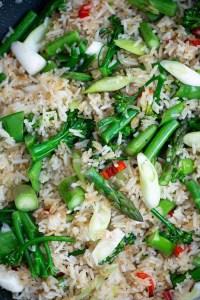 Stegte ris med asparges og forårs grøntsager