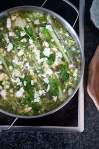 her kan man se frittaen på komfuret nypyntet med asparges, feta og dild.