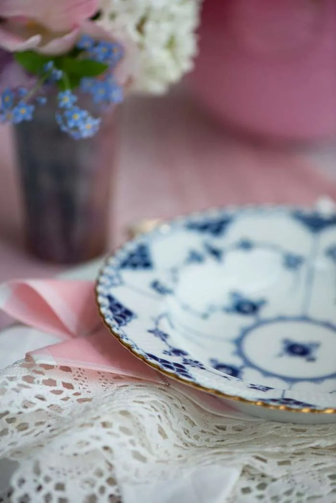 Bordet er dækket til Kristi Himmelfart med forårsblomster og musselmalet porcelæn