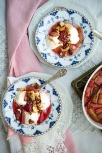 Rabarber dessert i to skåle med de bagte rabarber i et fad ved siden af