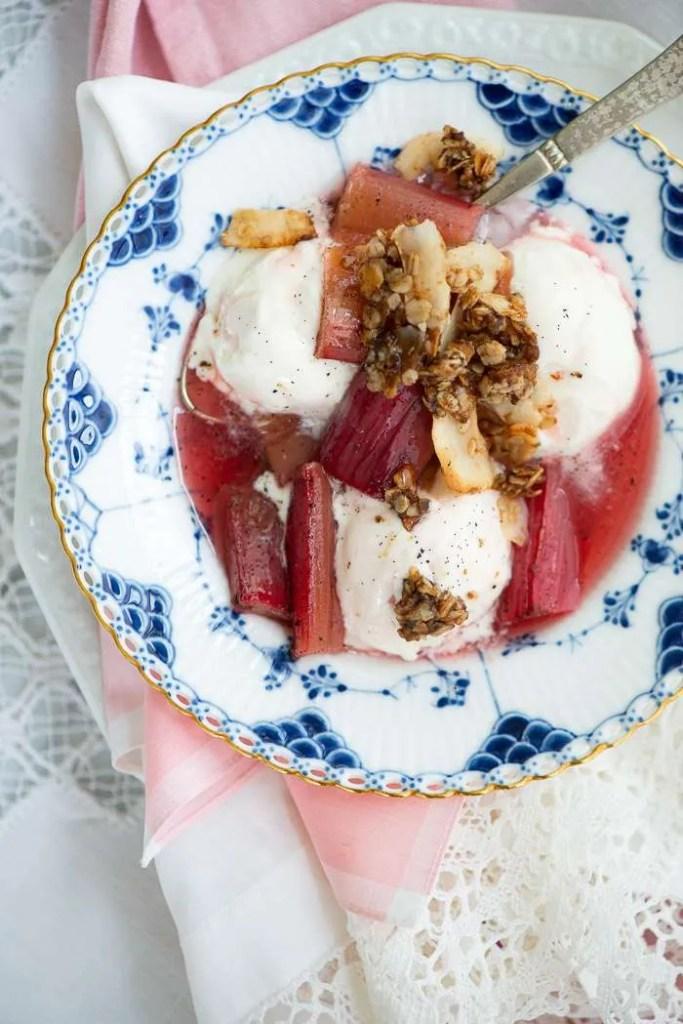 Bagte rabarber, vanilje is og kokosknas i en musselmalet tallerken.