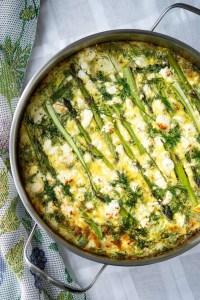 Frittata i pande med høje sider så man kan se overfladen med asparges, feta og dild