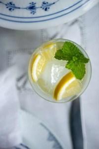 Et glas iskold lemonade på bordet en varm sommerdag