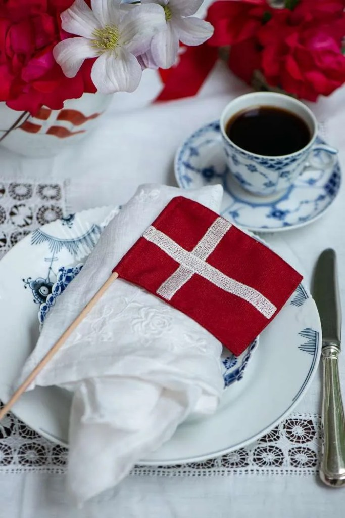 Bordet er dækket med flag og blomster