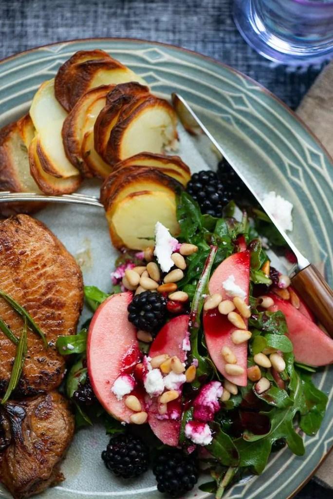 Kotelet med brombærsalat og taglagte rosmarin kartofler