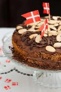 Den Bøhmiske nøddelagkaage med flag serveret som fødselsdagskage