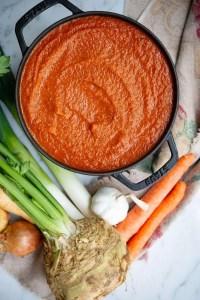 Hjemmelavet tomatsovs med grøntsager