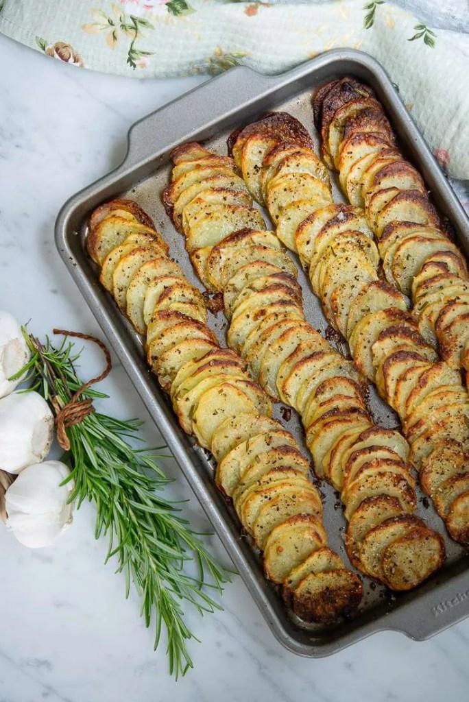 Kartoffelfad med sprøde kartoffelskiver. Her lige ud af ovnen