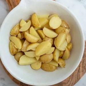Kartoflerne ligger i skålen med marinanden og køler ned