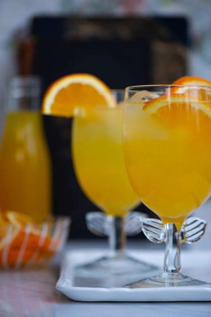 To glas hjemmelavet orangeade af appelsinsirup