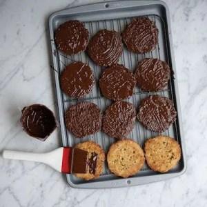 På billedet kan man se at bagsiden af småkagerne smørret med chokolade med en silikone pensel