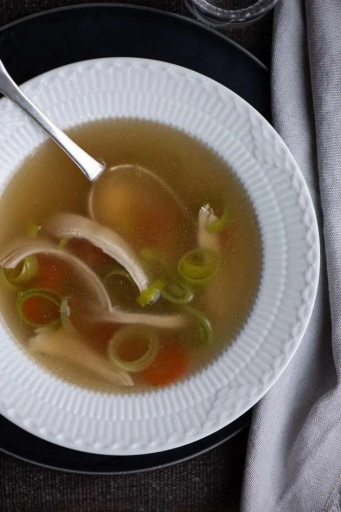 Her er hønsekødssuppen serveret med kylling og suppegrønt