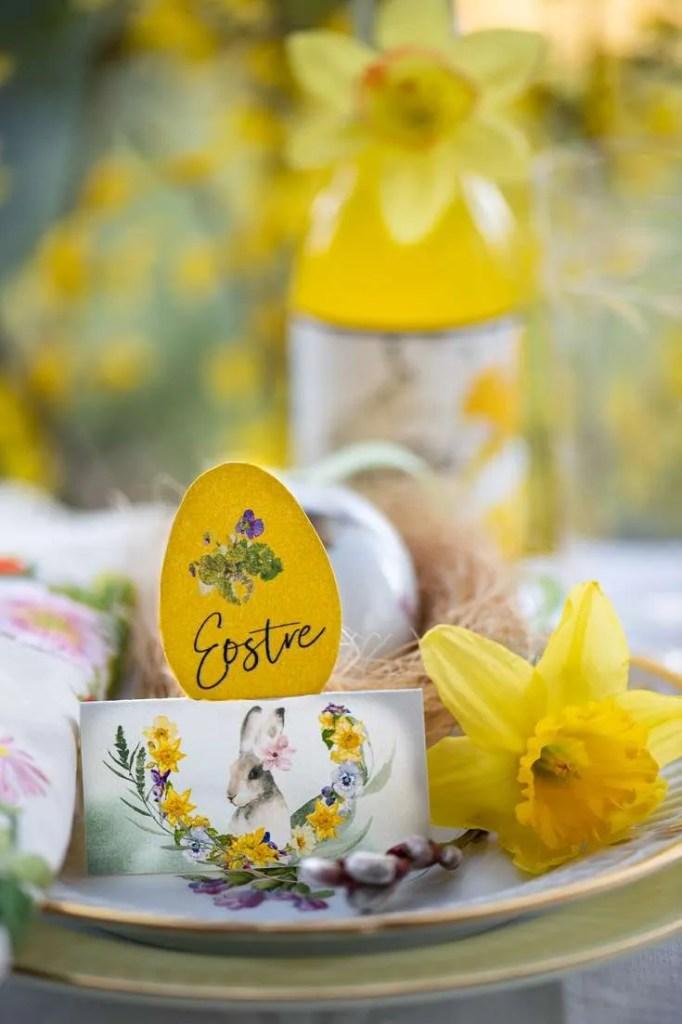 Påskeborddækning med fine bordkort og forårsblomster