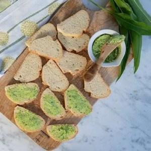 Her smørret brødskiverne med ramsløgssmør