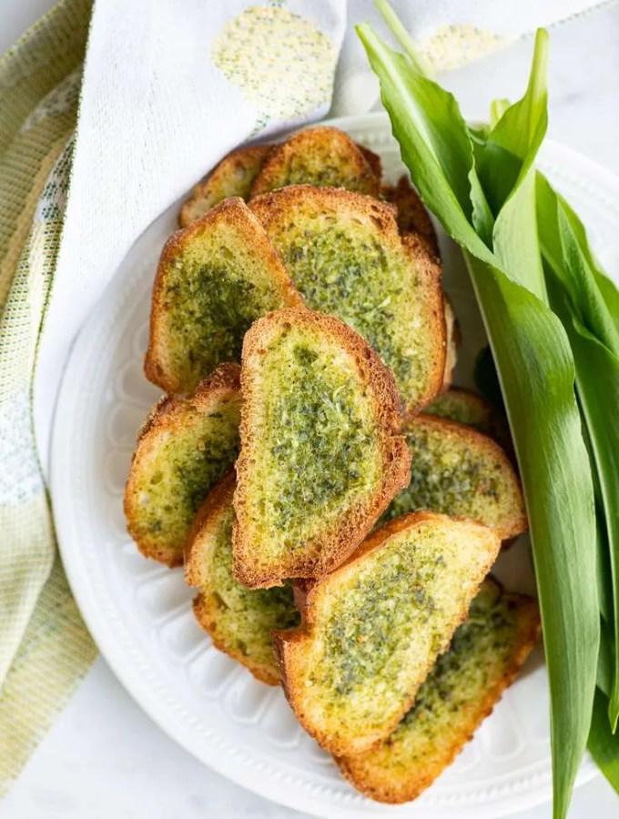 De sprøde ramsløgsbrød er klar på en tallerken og kan serveres som snack eller forret