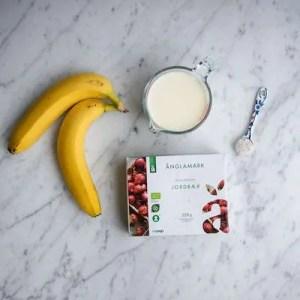 Her er to bananer, en pakke jordbær, mælk og vaniljesukker