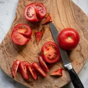 Her kan man se hvordan blomsten fjernes og tomaterne skæres i både