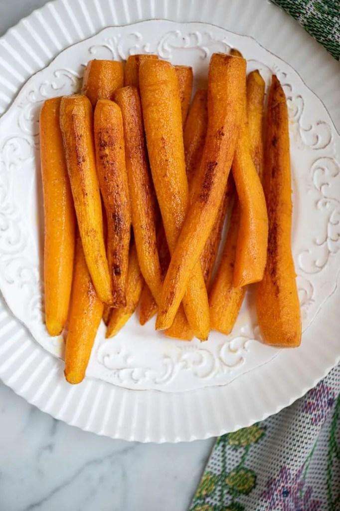 Nye gulerødder stegt i smør