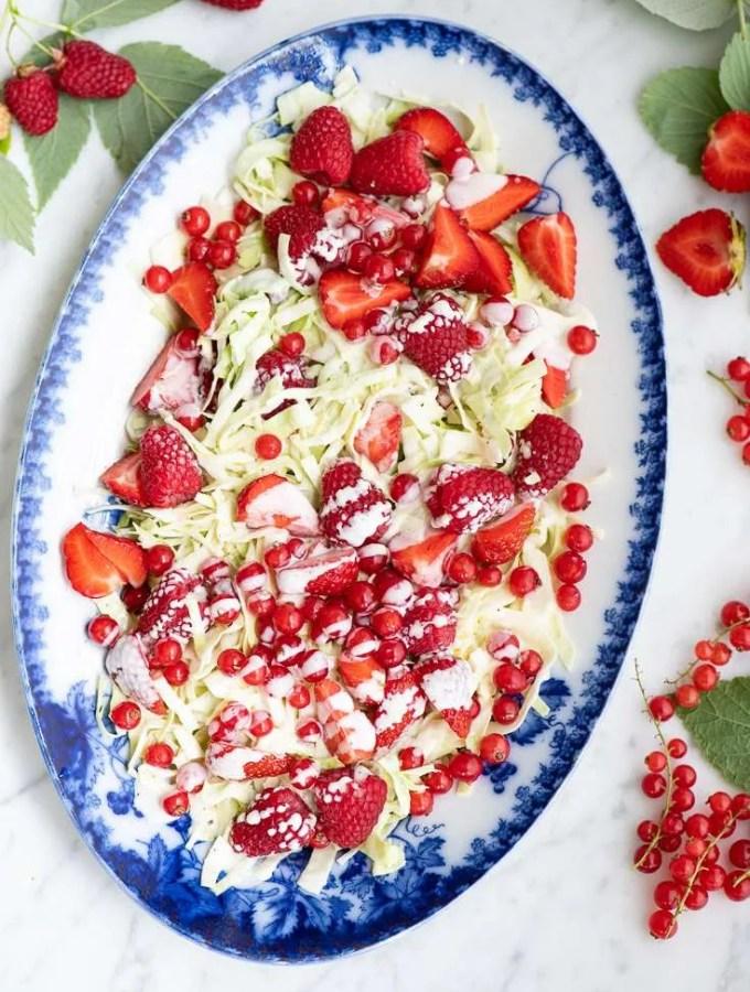 Opskrift på sommer spidskålssalat med bær og mormordressing
