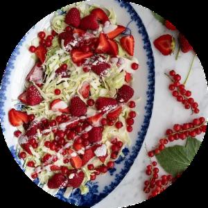 Opskrift på spidskålssalat med mormordressing og sommer bær
