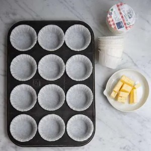 Her kan man se smør skåret i tern og en form med muffinsforme